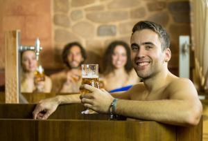 El spa ofrece baños de cerveza, masajes y tratamientos corporales y faciales.
