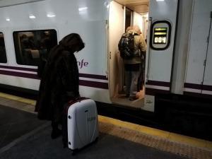 Una pasajera se dispone a subir en la estación de Granada.