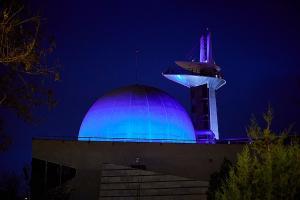 El Parque se ilumina de azul por las noches.