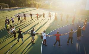 vecinos de Monachil celebran la creación de la primera Comunidad Energética en el Polideportivo Miraflores.