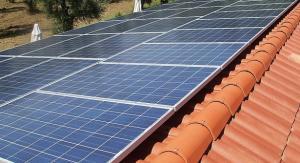 Paneles solares fotovoltaicos en un tejado.
