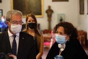 Pilar Aranda, junto al consejero Rogelio Velasco, atienden a los medios este sábado en el Hospital Real.