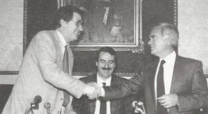 30 de mayo de 1989. Manuel Martín Rodríguez (izda.), presidente de la Caja de Ahorros de Granada, y Vicente Azpitarte Almagro, presidente de la Caja Provincial de Granada, sellan la fusión de ambas entidades. En medio, el entonces presidente de la Diputación, José Olea Varón.