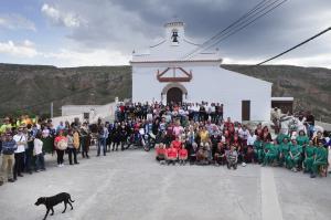 Foto de familia en Gorafe en la grabación del programa 'Volando voy' dedicado al Geoparque.