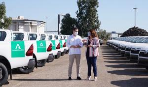 Presentación de la nueva flota de vehículos, con el presidente y la consejera.