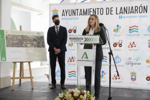 La consejera Marifrán Carazo con el alcalde de Lanjarón, Eric Escobedo.