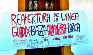 Pancarta reivindicativa sobre el tren hacia Guadix-Baza-Almanzora-Lorca.