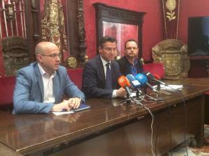 Salvador con Fernández y Suárez en rueda de prensa.