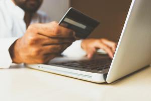 Las quejas por operaciones de comercio electrónico son las que más han aumentado.