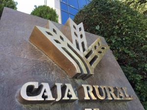 Emblemas de la Caja Rural, a las puertas de la sede en Granada.