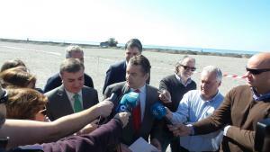 El delegado atiende a los periodistas en Motril.