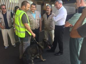 Sanz, Díaz Cruz y De la Chica con agentes de la Guardia Civil.