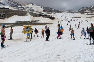 Poca nieve y poca ropa en las pistas de Sierra Nevada.