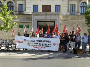 Un momento de la protesta ante la Delegación de la Junta en Granada.