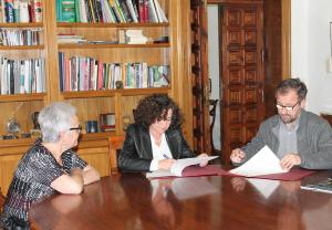 Pilar Aranda y Ernesto Páramo firman el convenio.