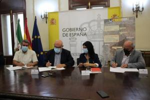 Firma del convenio en la Subdelegación de Granada.