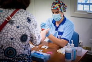 Una profesional sanitaria toma una muestra para un test.