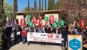 Protesta, este jueves, a la entrada del recinto de la Alhambra.