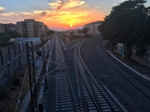Las vías del tren al converger en dirección al Camino de Ronda y la estación.