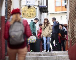 Turistas en una calle del Albaicín.