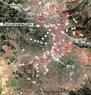 El mapa representa la relación de cobre-antimonio y los triángulos rojos, los puntos donde hay influencia de desgaste de frenos.