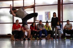 Alumnos de Ciencias del Deporte contemplan una actuación de danza.