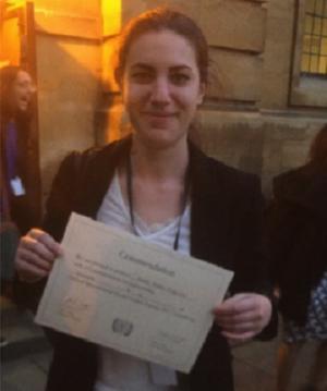 Belén Robles muestra su diploma.