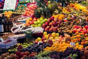 Bodegón de frutas en un mercado.