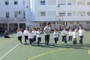 Escolares que han participado en el estudio hacen deporte en su colegio.