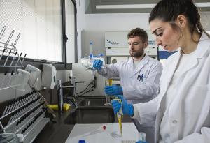 Investigación en un laboratorio de la institución granadina.