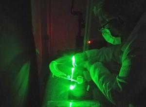Investigadores analizan una pantalla en el laboratorio.