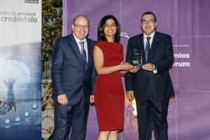 El consejero de Interior catalán entrega el premio a Siham Tabik y Francisco Herrera.