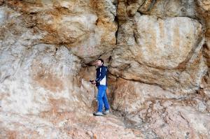 Abrigo de Los Machos y panel de arte rupestre esquemático.