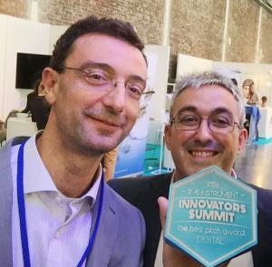 Los responsables de Seven Solutions, Javier Díaz y Eduardo Ros, recogen el premio al mejor 'Elevator Pitch'