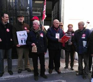 Pensionistas de UGT han entregado un manfiesto de protesta en la Subdelegación del Gobierno.