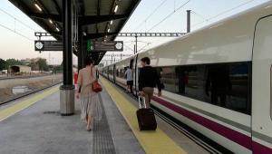 Viajeros de un tren AVE procedente de Madrid.