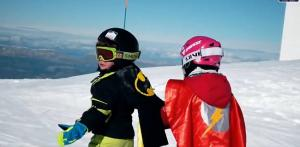 Imagen del vídeo de dos pequeños superhéroes.
