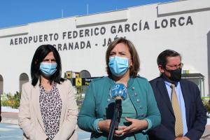 Sandra García, con Inmaculada López y José Entrena, este martes en el Aeropuerto.