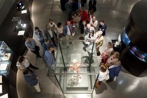 Un momento de la visita de los representantes del Consejo Andaluz de Médicos a la exposición.