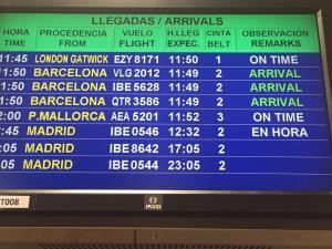 El panel informativo del aeropuerto informa de la llegada del nuevo vuelo.
