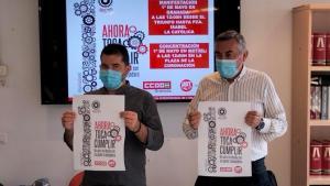 Daniel Mesa (CCOO, a la izqda.) y Juan Fco. Martín, de UGT, con el cartel reivindicativo de la manifestación.