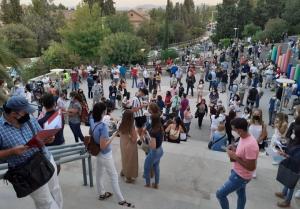 Aspirantes antes del examen de Correos en el Campus de Cartuja.