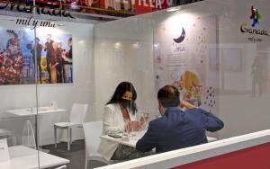 Zona de trabajo para empresarios en el expositor de Granada en Fitur.
