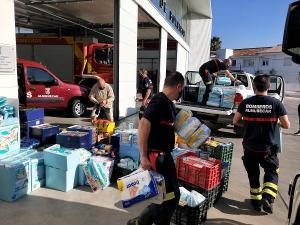Bomberos cargando el material para Cáritas.