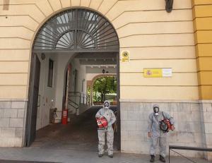 Miembros de la AGCS aplicando ozono en la Subdelegacion de Defensa en Granada.