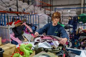 Proceso de selección de la ropa donada.