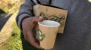 La cafetería granadina Desi dona chocolate y churros para personas sin hogar.