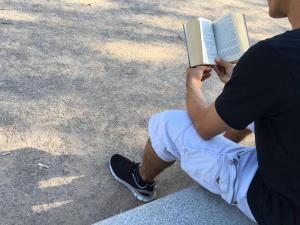 Antonio, protagonista de este reportaje esperanzador, leyendo.
