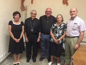 El arzobispo y el delegado epicospal con la nueva dirección de Cáritas.
