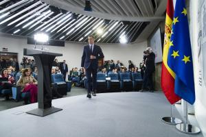 Pedro Sánchez a su llegada a la sala de prensa de Moncloa.